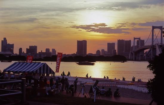 都会の夜空に金星、土星を探そう! 「海の灯まつり in お台場2015」で星空観望会を実施