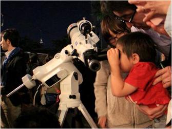 数年に一度の満月を愛でる 「Once in a BLUE MOON」at COMMUNE246に協力 天体望遠鏡で、ブルームーンを観察