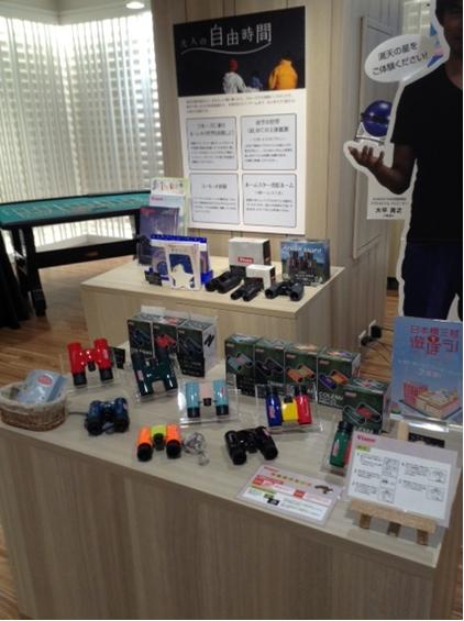 双眼鏡、顕微鏡を体験できるスペース 日本橋三越本店「はじまりのカフェ」内に期間限定で設置