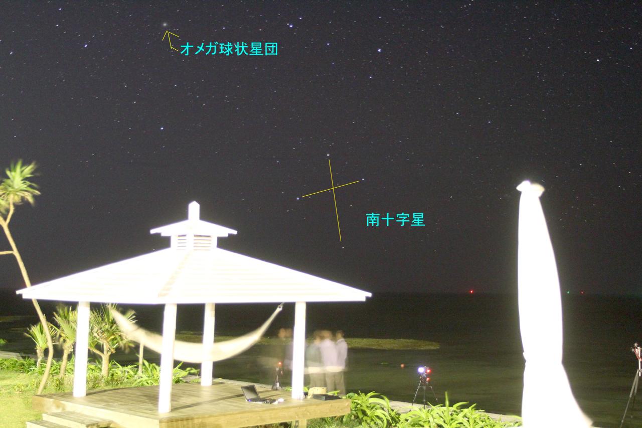 敷地内にある東屋の屋根越しに見える南十字星(2014年3月撮影)