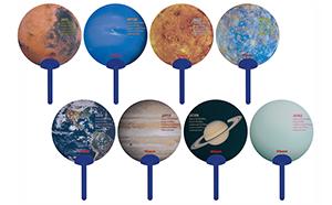 どの柄が出るか開けてからのお楽しみ 雨や夜露に強いプラスチック製の 『Wakuwaku!惑星トレーディングミニうちわ』を発売