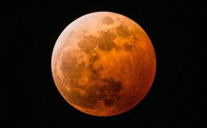 5月26日は「スーパームーンの皆既月食」。18:30より月食YouTubeライブをビクセン本社から配信。シンガー・ソングライター森恵さんとのコラボレーションで月食を眺めながらの音楽ライブも提供。